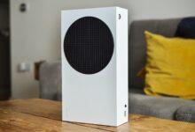 صورة لنتعرف على حجم Xbox Series S مقارنةً بالأجهزة المنزلية الأخرى .