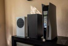 صورة مقارنة حقيقية بين حجم أجهزة PS5 و Xbox Series X|S .